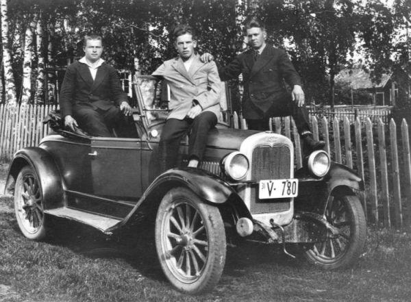 Nikolai Triipposen ensimäinen auto, Nikolai keskellä